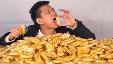 把一千个旺旺仙贝上的粉末刮下一口吃掉!会超级好吃吗?