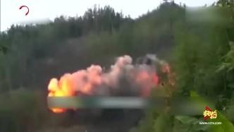 央视曝杜富国排雷爆炸瞬间画面:火光冲天 腾起黑色烟雾