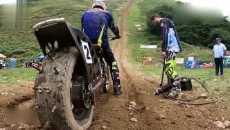老外骑山地摩托车挑战最长陡坡!轮胎装满钉子,有人都把摩托扔了!