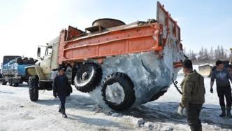 俄罗斯司机硬闯冰河,零下四五十度低温,强劲动力撕破冰面