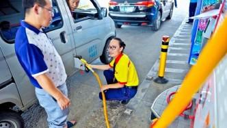 """车主加完油后,一踩油门直接走了,加油站员工就""""偷着乐""""了!为什么?"""