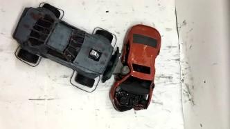 RC汽车碰撞测试,黄色小汽车:我到底经历了什么?好可怜