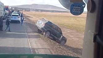 路上遇到大堵车,路虎老司机直接下高速走泥路,真有面子!