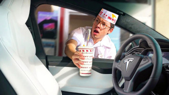 当一辆无人驾驶汽车出现在点餐员面前时,才知道特斯拉有多强大?