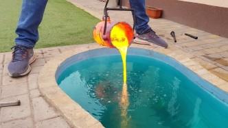 一桶岩浆能将池水煮?#26032;穡?#23721;浆入水的声音太魔性了!