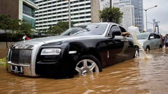 遇到一个大水坑,司机一脚油门踩下去,才知道劳斯莱斯贵在啥地方