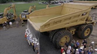 老外作死站在巨型卡车后面玩耍,二十秒后,想跑都来不及了!