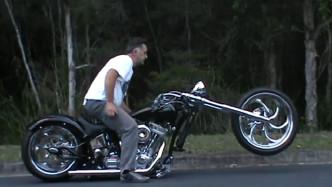 大叔30万提摩托车,按下按钮后,变形开始!