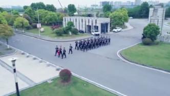 帅炸了! 警官学院学生提行李箱离校 一秒换装变英姿飒爽的警察