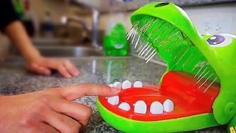 小伙要玩咬手指鳄鱼,于是这个道具就诞生了,结果可想而知!
