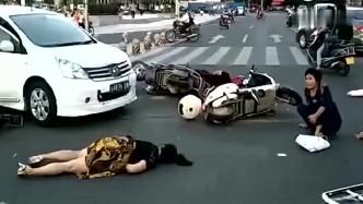 路口女?#20928;?#19968;脚油门,四辆电动车被撞翻,这本事?#29615;?#19981;行