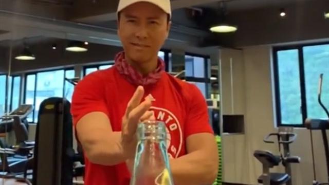 甄子丹穿猛龙T恤完成瓶盖挑战 获主队点赞:精准巧妙