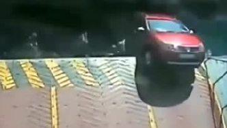 女司机不小心把车开到船上,刹车片踩烂了也没能救下自己