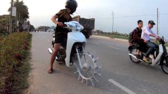 牛人将摩托车胎换成弹簧,一脚油门下去,整个人都傻掉了