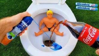 小伙创意新玩法,马桶倒满可乐和剃须泡沫淹没玩具人,加入曼妥思一秒高能
