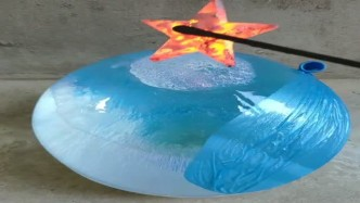 将1000度的五角星,放在大冰球上,真是太壮观了!