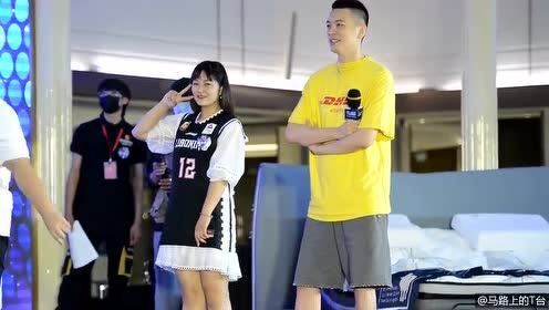 CBA最帅主教练杨鸣站台 和球迷亲切互动