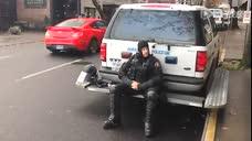 街头挑逗卸装的防暴警察