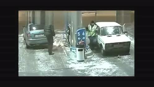 女子在加油站玩手机爆炸了