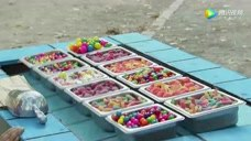 路人转个身小胖就把所有糖果吃完了,路人表情