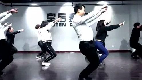 超级搞笑年会舞蹈视频超强喜感公司年会节目