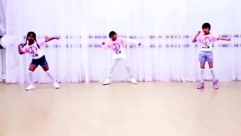 国外小朋友跳街舞,认真投入的样子最可爱