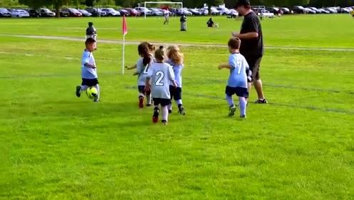 绿茵场趣事:小朋友在球场里各种还好玩瞬间,