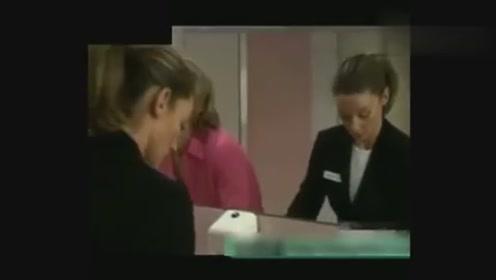国外美女搞笑视频喝水别看,笑尿不负责