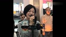 网友小龙女又在街头唱歌,粤语发音好标准,但是听说是东北人