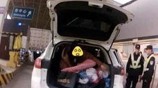 女子小车后备箱盖被睡觉称不舒服,同车女子忍不住笑场