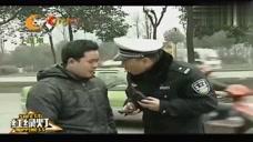 段子手交警:小伙骑电车看小说,被交警拦下后顺道征了个婚,厉害