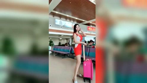 爱自拍的美女机场也要来个美美的自拍