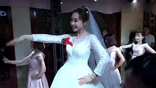 新娘突然在婚礼现场秀一段舞蹈,可爱到小朋友