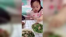 小宝贝叫爸爸吃肉肉,实在是太可爱了