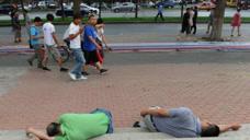 中国人能在任何地方睡午觉,外国人懵了:怎么啥样的姿势都有