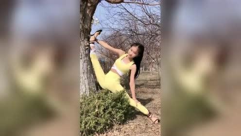 美女小姐姐公园自拍,微胖身材才是真女神,你
