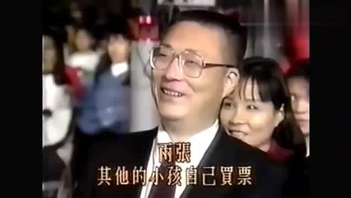 1993年,王杰为天王刘德华颁奖,华仔当时还要给