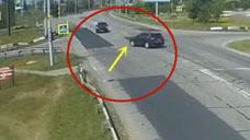 直行不减速转弯不让行,两车当场报废!要不是监控谁信