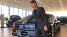 300万的2020款宾利飞驰W12登场,按下后备箱车标,神奇一幕上演了