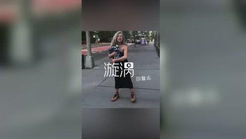 耶鲁大学黑人学生遭白人女性疯狂辱骂,辱骂者离去时竟放声高歌