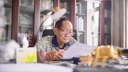 90岁袁隆平荣获共和国勋章 第二天就返乡下田考察
