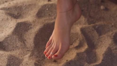 沙滩下面藏着怪物,只要皮肤触地马上就会被吃掉