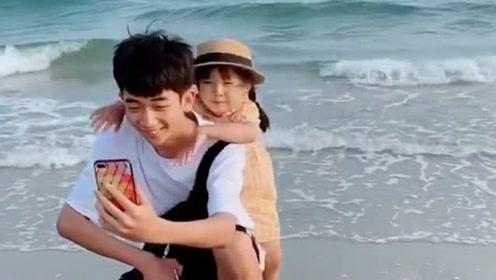 哥哥和妹妹在海边玩自拍,爸爸看到兄妹感情超