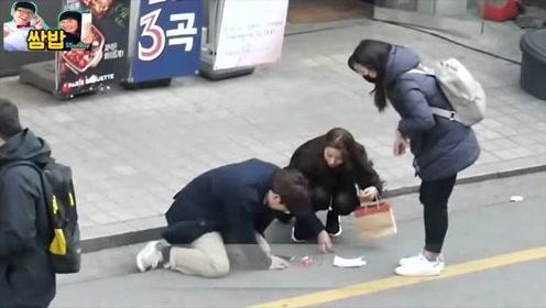 太尴尬了,有人在街上掉了套套,看美女神反应!