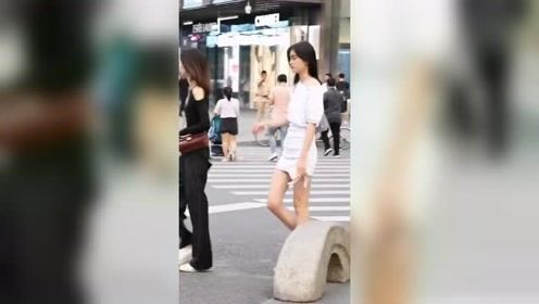 街拍宅男们,快来欣赏你们喜欢的肤白貌美大长腿女神