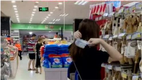 二货美女用马桶刷梳头,被收货员发现,一点也