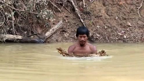 表叔河里捞到扇贝,上岸直接生火烤了,吃的美滋滋