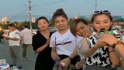 卖菜老板一边卖菜一边唱歌,吸引了四位美女,没想到唱的比老板好