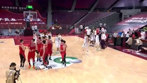 篮球CBA赛后新环节,两队球员感谢屏幕前球迷