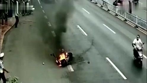 行驶的电动车,突然起火,看到视频的那一刻笑了